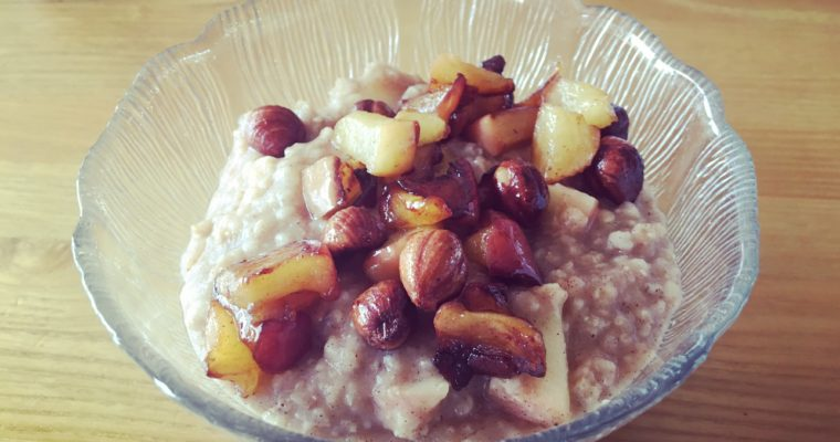 APPLE CINNAMON OATMEAL W. CARAMELISED APPLES + NUTS